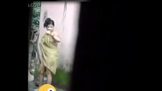 જુવાન 18 years છોકરી છુપાઈ ને નાઈરહી છે